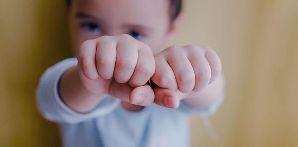 Kind laten handen zonder wratten zien.